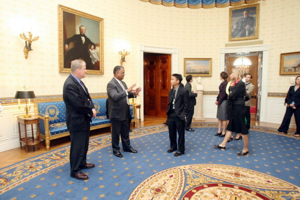 chief usher rochon with visitors in the blue room in 2008 daniel blue room white